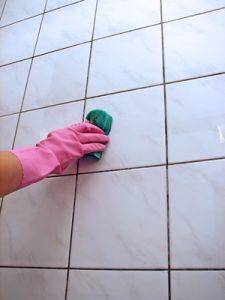 Kalkbeläge an der Duschkabine entfernen