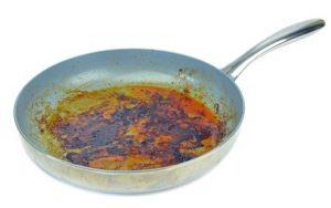 Eingebrannte Töpfe und Pfannen reinigen