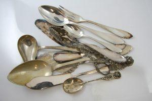 Silberbesteck und Schmuck aus Silber reinigen