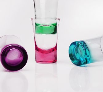 Ineinander gestellte Gläser trennen