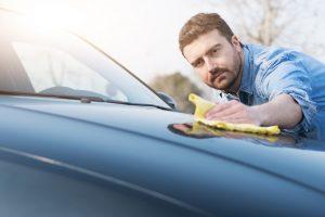 Baumharz vom Auto entfernen