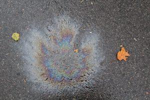 Öl und Ölflecken entfernen von Beton, Asphalt, Pflastersteinen