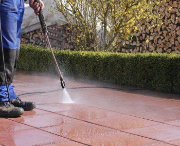 Moos entfernen auf Terrasse, Gehweg oder aus Pflasterfugen